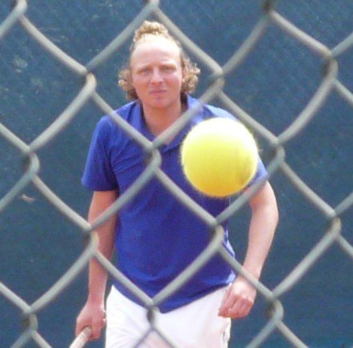 Tenniskunst Marcel door hek