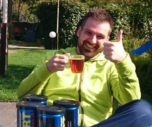 Oudegein Henk drinkt thee