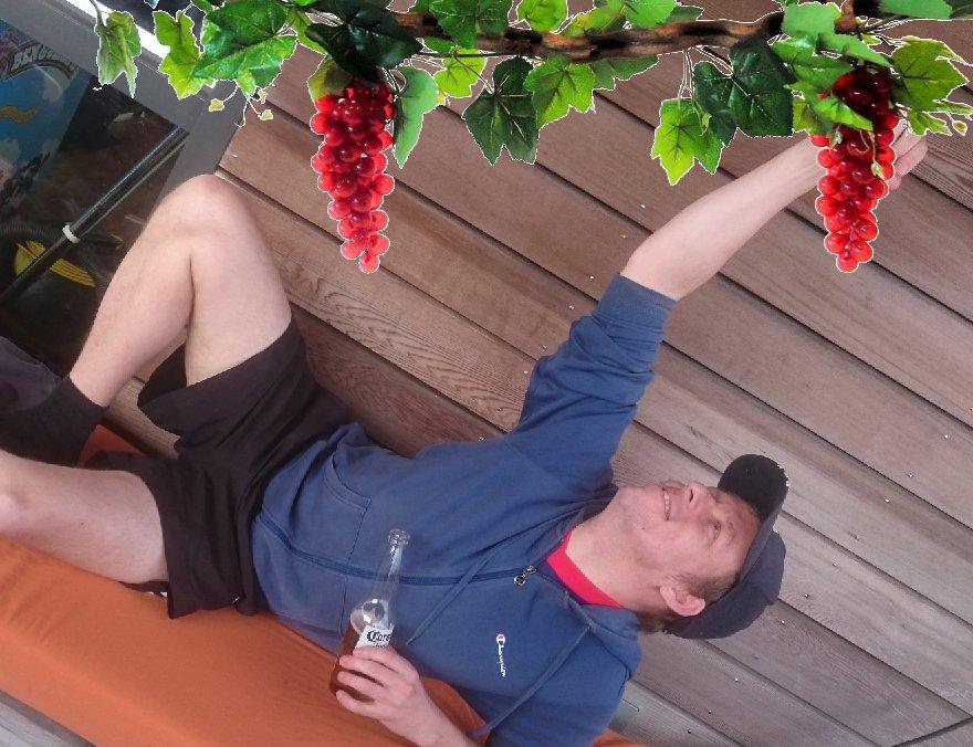 Attila Huibert eet virtuele druiven